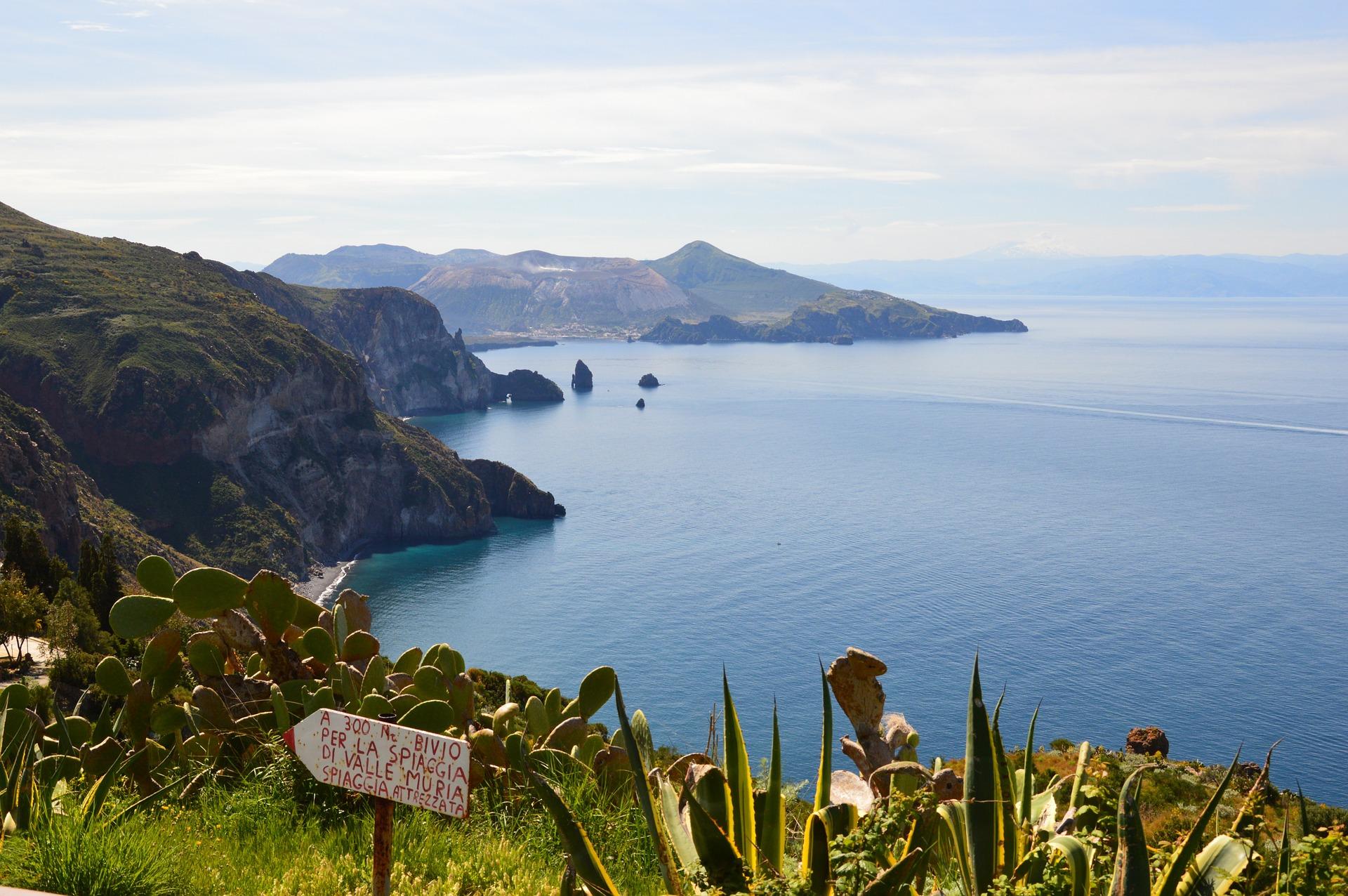 Isole Eolie 2021 con nave da Napoli